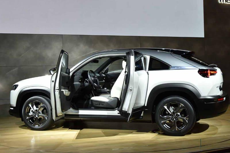 「MX-30」。いまやSUVメーカーとなった感のあるマツダからまたまた新SUVが登場。今度はEVだ。新モデルはマツダSUVのブランド「CX」ではなく「MX」から始まるのが面白い