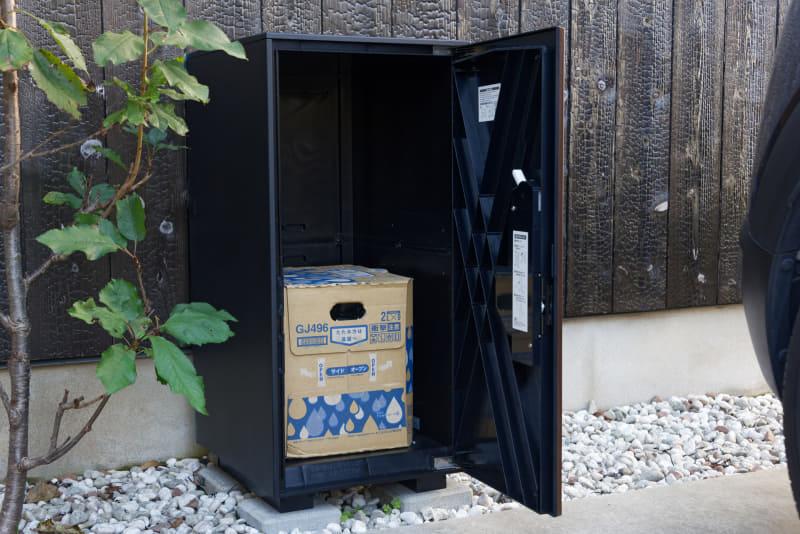 スマポの宅配ボックスタイプでは微妙に入らなかった水2リットル×9本の箱も余裕で収納。あと1箱分以上のスペースが余っている(2箱入れると重量オーバーになるので注意)