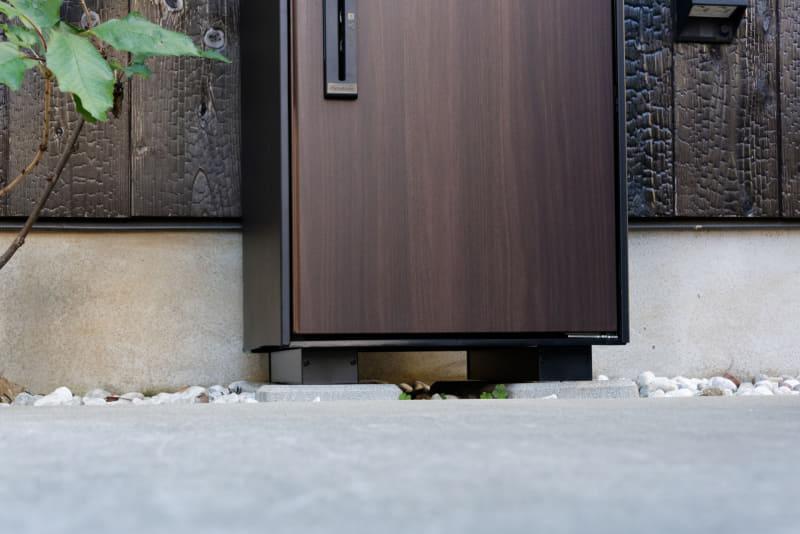 コンクリートなどに一度接着すると外すのは難しい。設置場所はよく考えよう