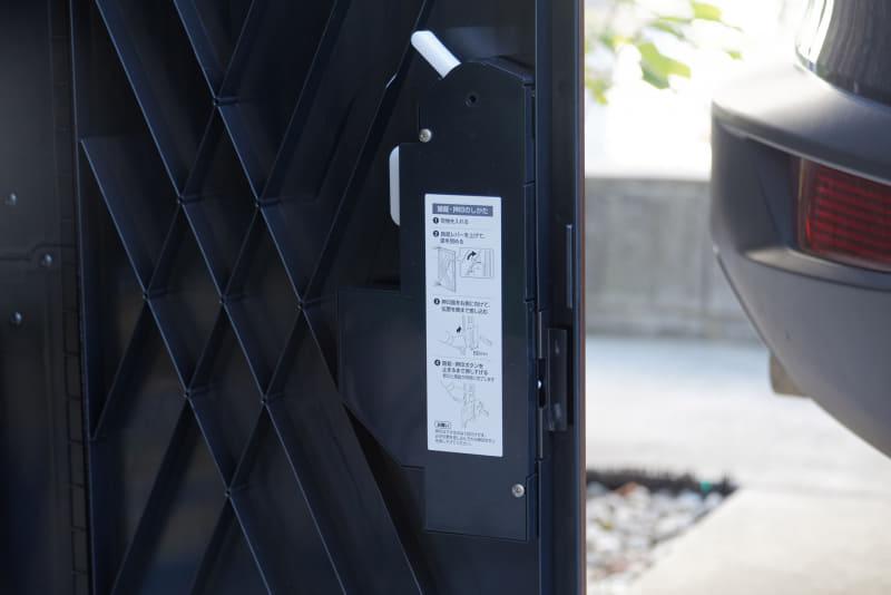 扉の裏側にあるロック機構部分のカバー。使い方の説明もある