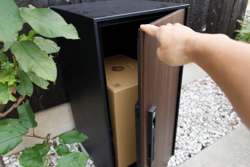 ちなみにロックしなくても、マグネットが内蔵されているのかピタッと締まるようになっている