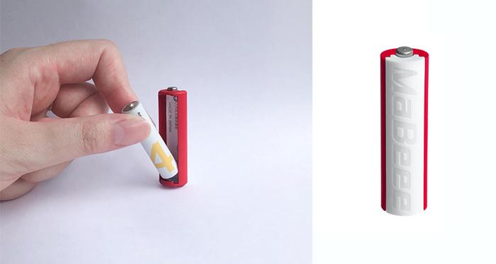 (左)みまもり電池に市販の単4形乾電池を装着する様子/(右)単4形乾電池を装着すると単3形乾電池として使用可能