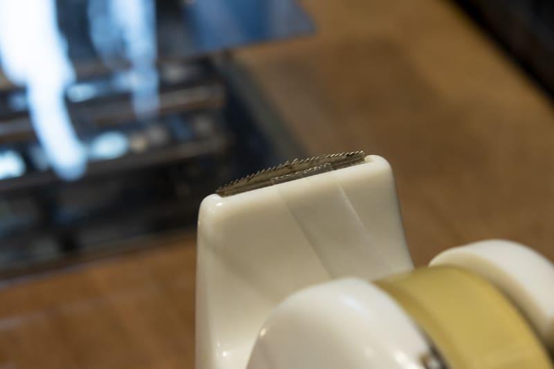 オリジナルは刃が山形になっており、テープを切る感覚は引きちぎるようなイメージとのこと