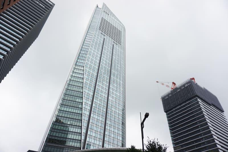 虎ノ門ヒルズ 森タワー(中央)と虎ノ門ヒルズ ビジネスタワー(右)。'19年9月3日撮影