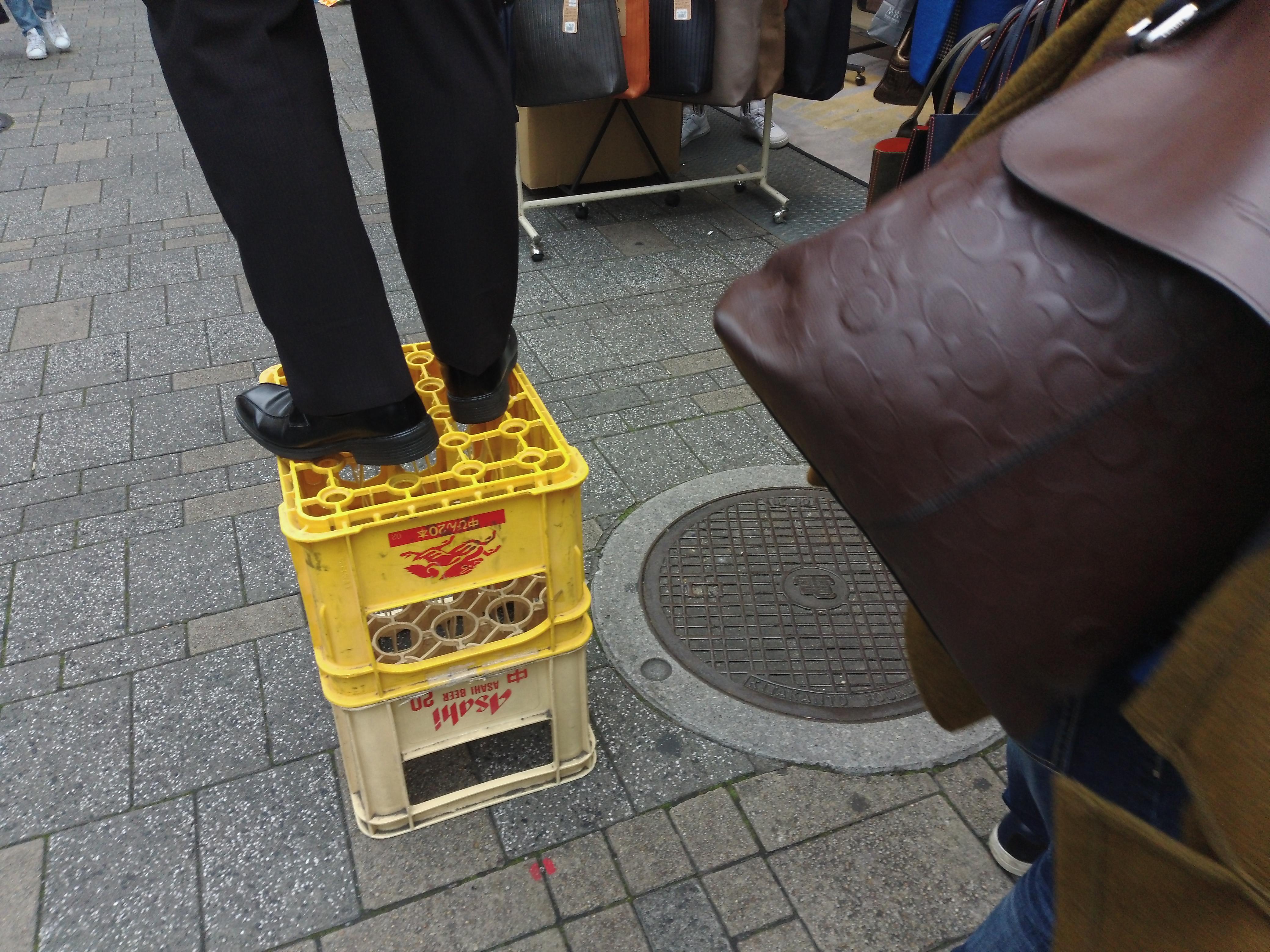 これはビールの箱に乗っている人の足下を狙ったものだが、ノーファインダーでうまく写せた。慣れればだいたいの写る範囲が想像できる