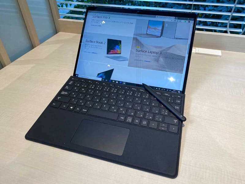 マイクロソフトの「Surface Pro X」。本体と別売の専用「タイプカバー」のセット