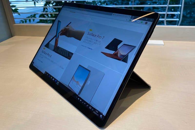 Surface Pro X本体。キックスタンドのついたSurface Proらしいデザインだが、x86系のシリーズより細身で狭額縁だ