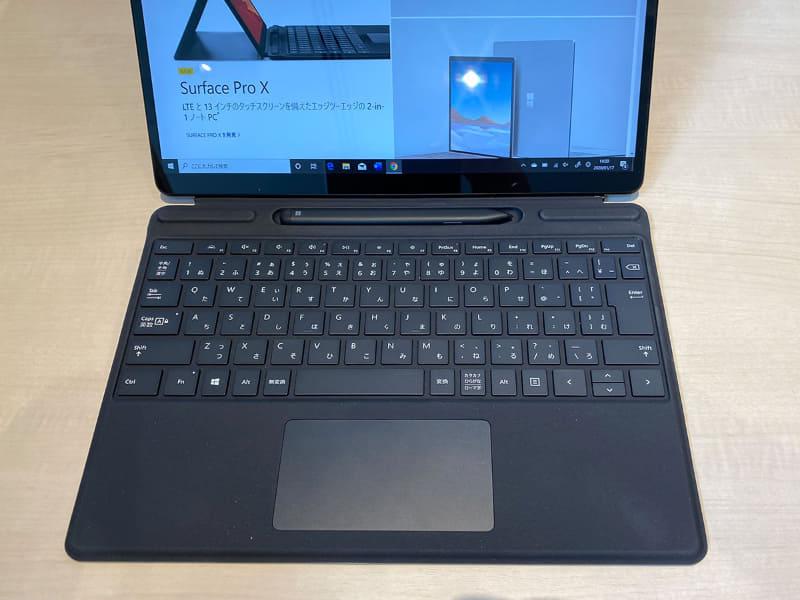 Surface Pro X専用のタイプカバーは、ペンが内蔵できるものがある。こちらの場合、折り畳むと隠れるところに薄型のペンが入る