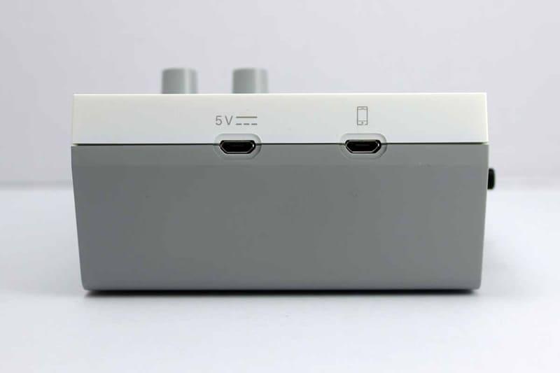 背面中央が電源用のMicro USB、右側がライブ配信用のスマートフォンと接続するためのMicro USB