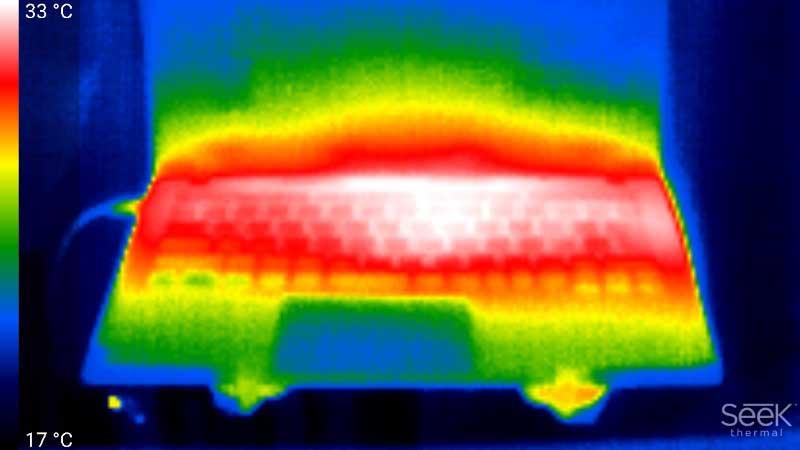 ノートPC。キーボードを中心に発熱しているが、パームレストは温度が低く、そこまで不快感がないのが裏付けられている