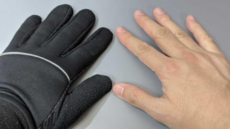 手袋をしてしまえば表面温度は下がるので、左右の手を並べても低い温度として表示される。前述の動物園画像で、羊の毛皮の厚い部分が低温で表示されるのと同じ理屈だ
