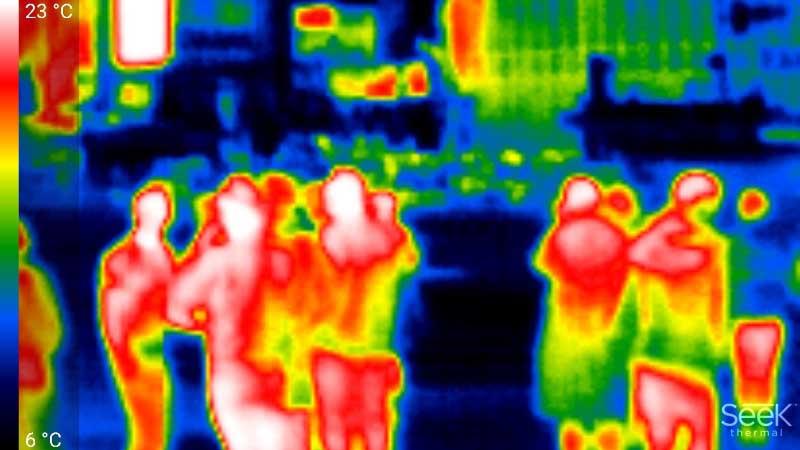 人を撮影しても、コートの裾など、熱を持ちにくい部分は温度が低く表示される。また検出される温度自体も、気温に影響を受けるためか、実際の体温とはかけ離れている