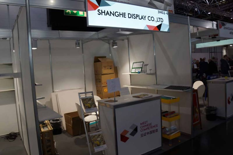 中国関係のメーカー展示は全体で350ほどあるらしいが、そのうち40のブースがキャンセルまたは無人放置の状態にあるという。業者が納入した資料や什器だけが放置されている