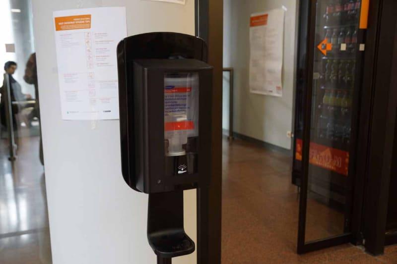 メッセ会場ではQRコードをかざしてゲートを通過する必要があるが、その付近にはアルコール消毒装置が置かれている