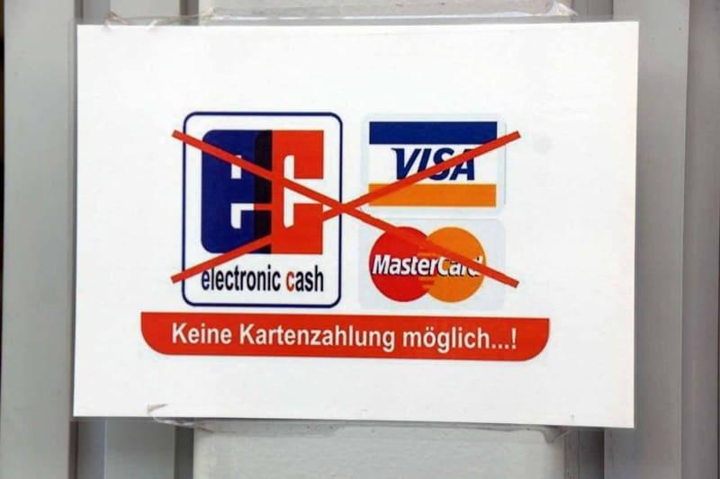 会場中心部のフードコートに掲げられた「カード利用不可」の表示。現金利用が多いといわれるドイツだが、クロークやプレスルームの設備利用含めカードが使える場面はほとんどない