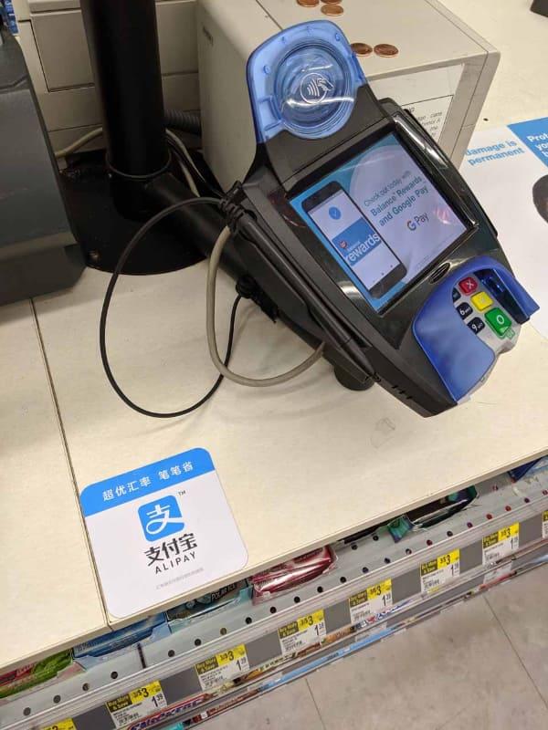 Walgreensの決済端末。カード決済の場合、店員は決済部分に一切タッチしない