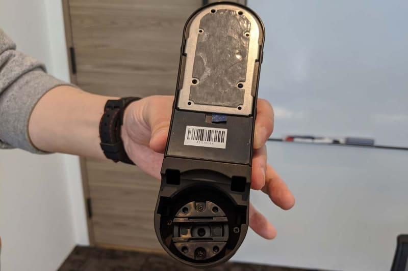 """Akerun Proの背面。下部の回転ギミックをサムターン錠に""""噛ませる""""ことで電気的な操作が可能に"""