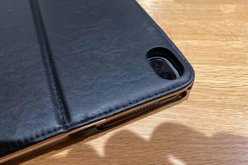 Amazonで購入した12.9インチiPad Pro用カバー。2018年版用なので、カメラの部分が合わない