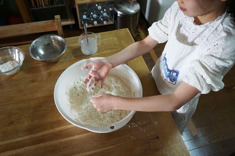 指に粉がくっついてくる感じの粘り気。作業前にはよく手を洗いましょう