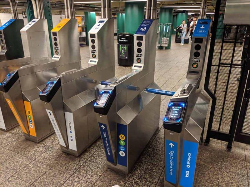 最近になり、一部駅にOMNYという非接触決済カードで通過可能なシステムが導入された