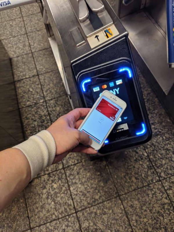 OMNYはApple Payで乗車が可能。ニューヨーク地下鉄は入場時しか検札しないので、そのままどの駅でも出られる