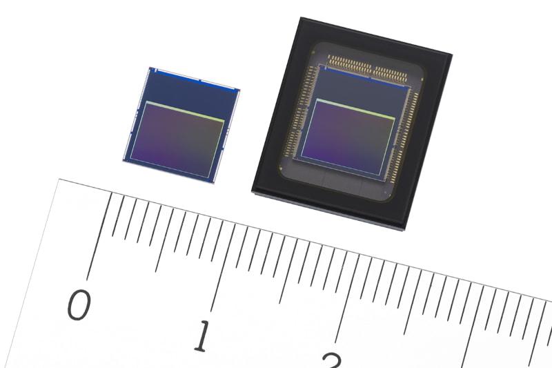 世界初「インテリジェントビジョンセンサー」。左からIMX500、IMX501