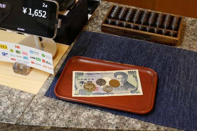 現金決済での現金のやりとりは、可能な限りトレーを使うようにした