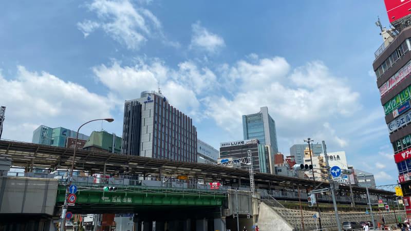 五反田で撮影。さわやかな青空がすっかりファンタジックで怪しい風景に