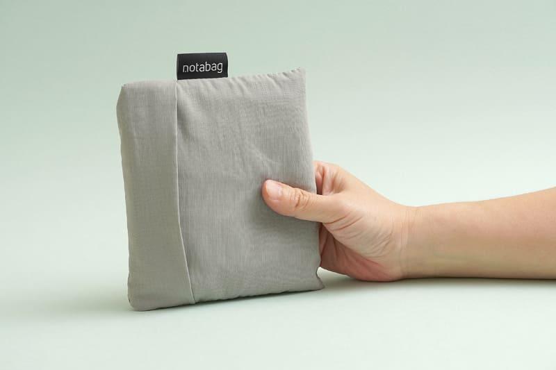 サイズは収納時約13×15.5×3cm。使用時約45×65cm(持ち手含む)