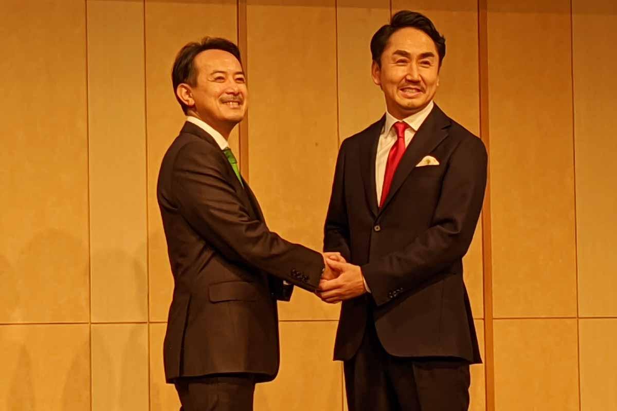 2019年11月に開催された合併会見に登場したZホールディングス代表取締役社長CEOの川邊健太郎氏(左)とLINE代表取締役社長CEOの出澤剛氏(右)