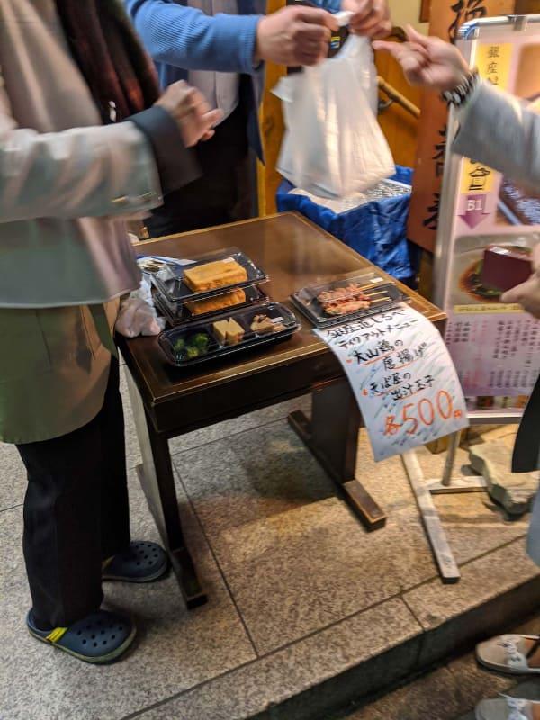 緊急事態宣言中、東京の銀座にある居酒屋では夕方の時間帯に普段店内で提供している惣菜を街頭で売り出すなど、さまざまな工夫がみられた