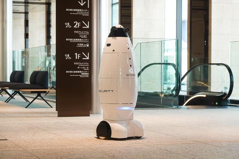 SEQSENSEの警備ロボット「SQ-2」。エレベータを使いフロアを移動できる