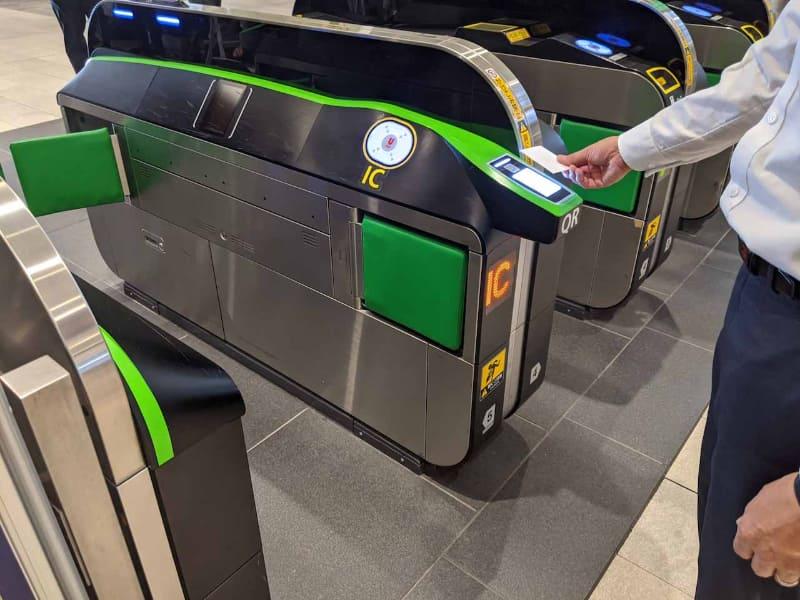 新宿駅の新南口の改札に導入されたQRコードリーダー。カードまたはスマートフォンのQRコードをかざして改札を通過する