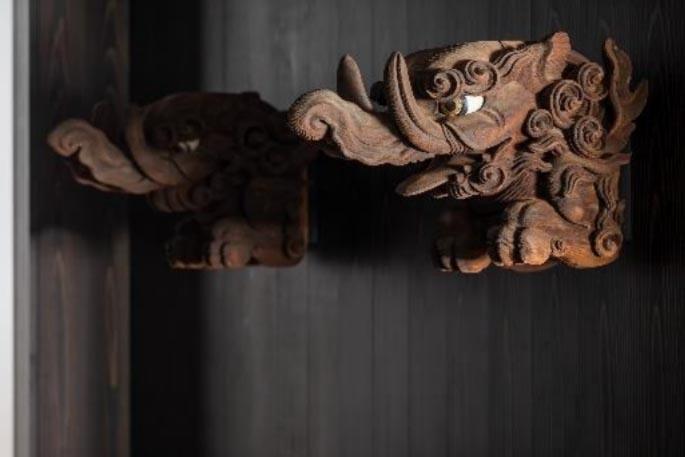 再建前の浄教寺において、本堂の柱を貫通する虹梁に装飾されていた「木鼻」(1階ロビー)