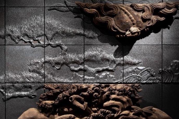 再建前の浄教寺で使用されていた装飾を陶器のレリーフ(制作:陶額堂)と組み合わせ、壁画アートとして構成したもの(1階レセプション)