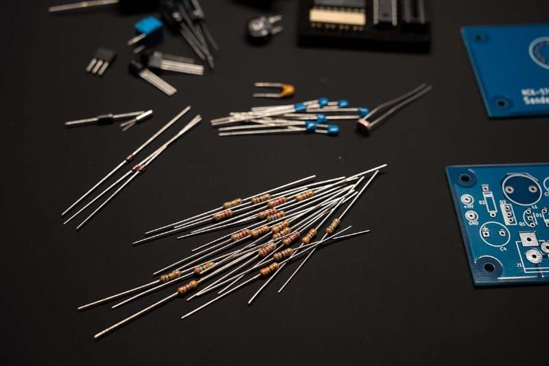 電子工作キットのパーツ。高演色LEDなら抵抗のカラーコードなど小さなパーツの色も見分けやすい