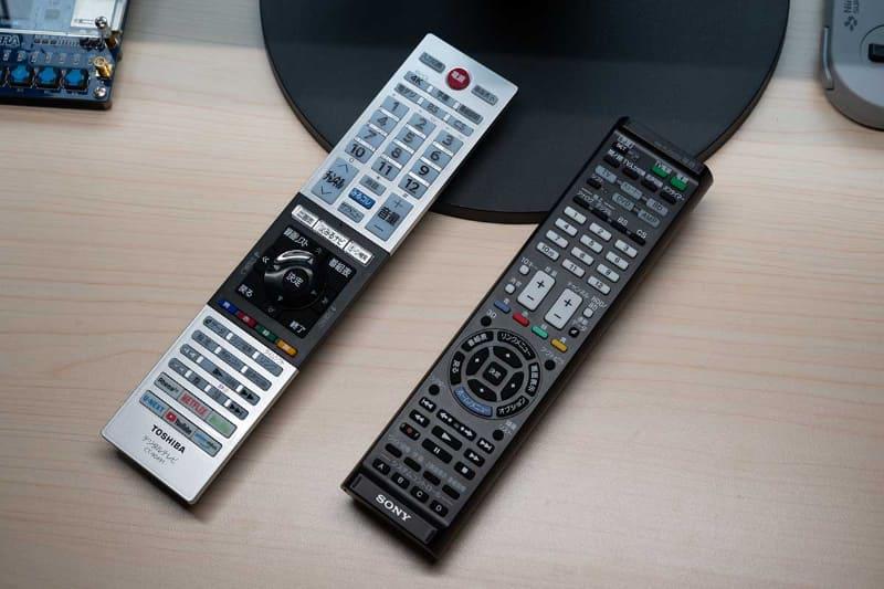 テレビに付属のリモコン(左)と、今回買ったソニーの学習リモコン「RM-PLZ430D」(右)
