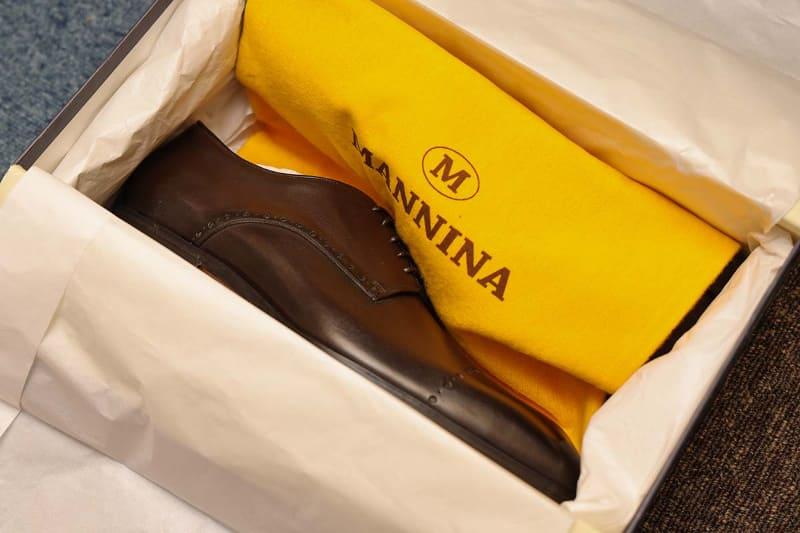イタリアから届いたオーダーメイドの革靴。自分だけのために作られた靴と思うと、開封していて口元が緩んでいました。ロゴの入った靴を入れる袋と、靴ベラも入っていました