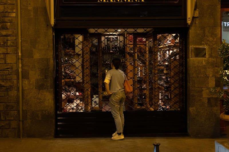 """オーダーメイドで注文したのは<a href=""""http://www.manninafirenze.com/azienda_jpn.html"""">Mannina</a>。店舗の写真は撮ってないと思っていたのですが、本稿執筆にあたって写真を見直していたところ、フィレンツェに着いた夜の散歩中にスナップしていたようです。工房は、日曜日休みで、営業時間は10:30~12:00、15:30~18:30とのことでした"""