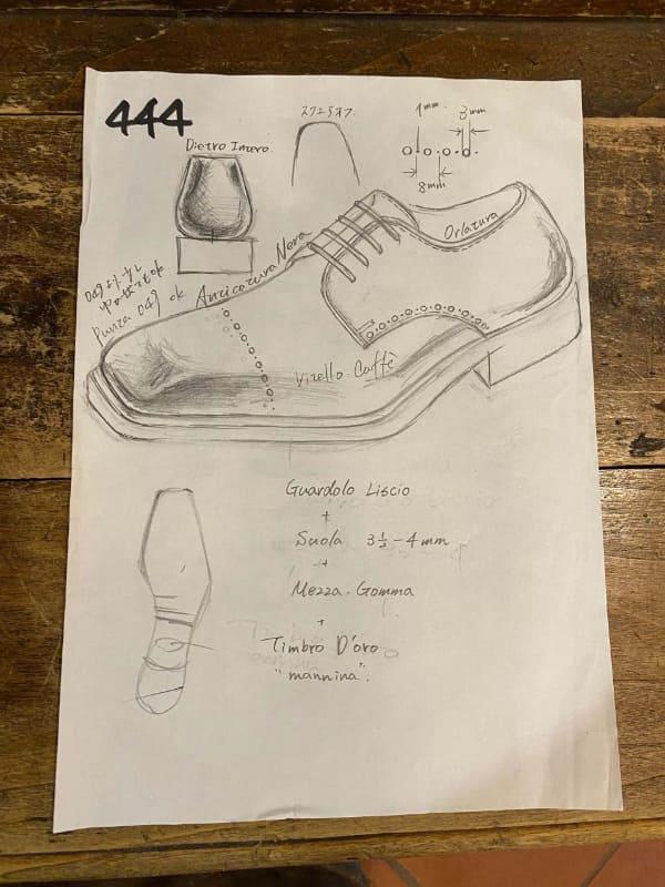 採寸やどういった靴にするかの相談をしながら描かれるデザイン画です。その場で描かれ、それを元に、どういった靴にするのか話しが進んでいきます。靴の制作時に使われるため、私の手元にはないのですが、今回Manninaの大谷さんとやりとりをしていたところ写真を送ってくれました。描かれている文字は、Vitello Caffè:カーフスキン コーヒーブラウン、Anticatura  Nera: 黒のグラデーション仕上げ、Guardolo:ウェルト/Liscio:スムース、Suola:本底、Mezza Gomma:ハーフラバー、Timbro D'oro:金の刻印とのことです