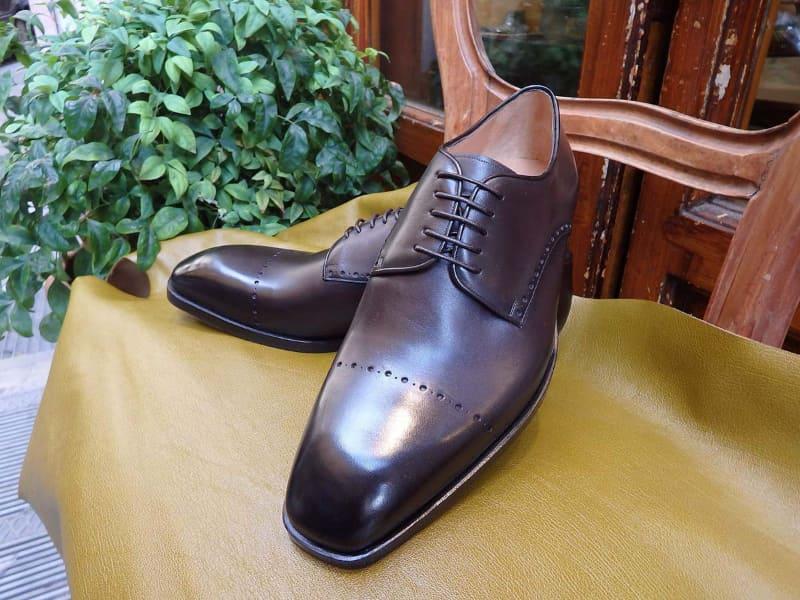 追加オーダーのときに、前回制作した靴のディテールを確認するため、注文のあった靴はすべて写真に残しているとのことでした。この写真は、完成時にGiovanni Lorenzoさんが撮影した写真だそうです