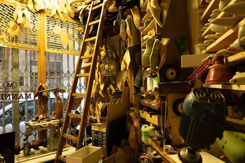 店舗近くにある工房も見学させてもらいました。通常はこちらで採寸やどういった靴にするかのヒアリングが行われるとのことです