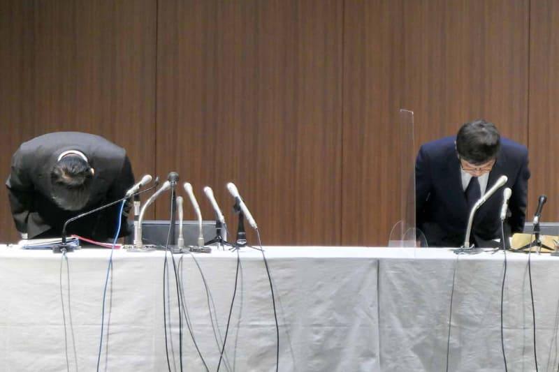 謝罪するゆうちょ銀行 池田憲人社長(右)と田中進副社長(左)