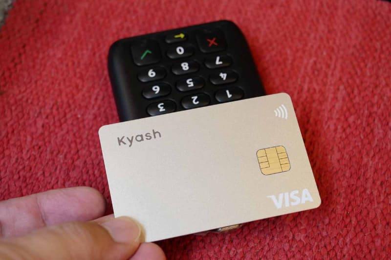 NFCタッチ決済対応クレジットカードなら、決済金額が1万円以下の場合、決済端末にタッチするだけで決済処理が完了する