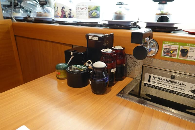 新店舗ではテーブル上の調味料などはテーブル下に収納し、代わりに注文用端末が配置される