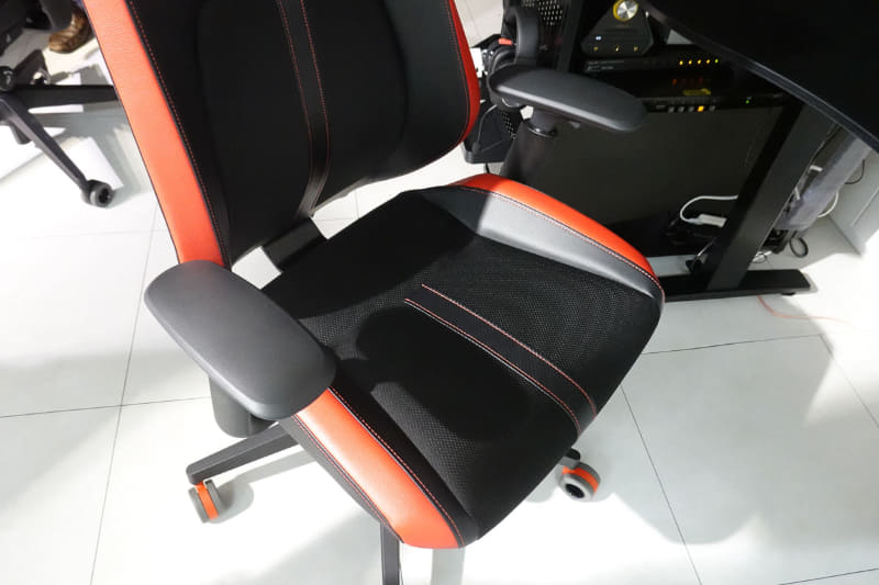 座面や腰の部分など汗をかきやすい場所はファブリック素材により通気性を高めた