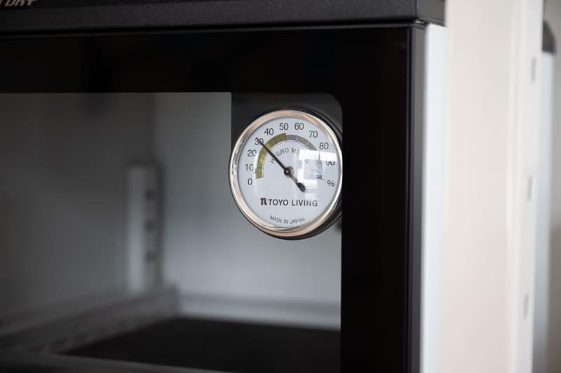 ガラス扉の湿度計。30%RHに設定した