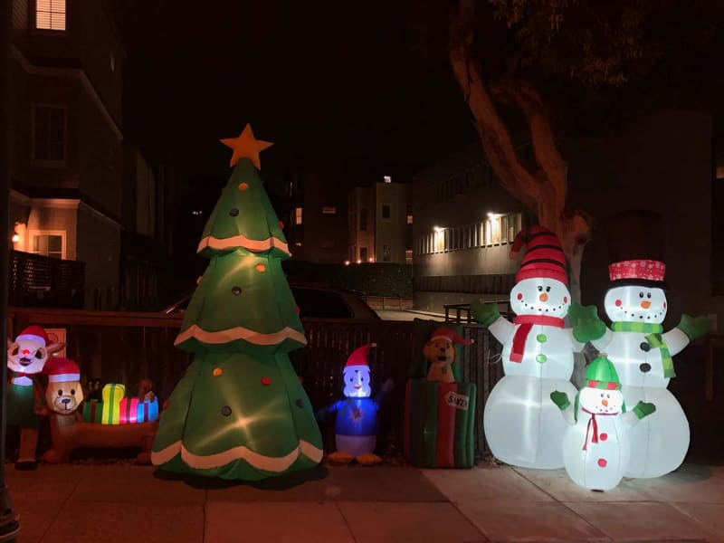 米カリフォルニア州サンフランシスコ市内の高級住宅街でのクリスマスデコレーション。今年は街中で全体に控えめなムードだという(撮影:Stania Zbela)