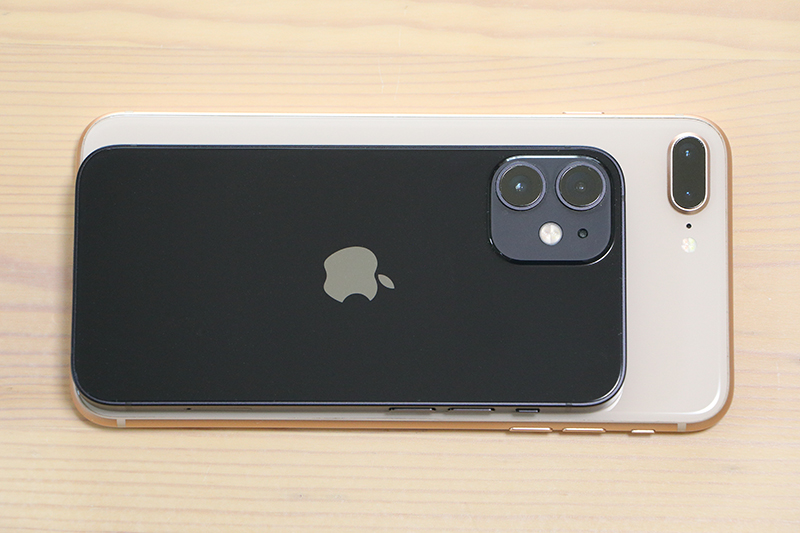 上がiPhone 12 mini、下は8 Plus
