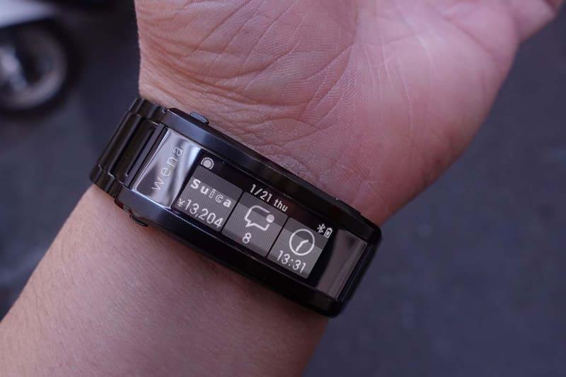 手首で時間を確認できるのが便利